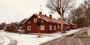 Ett av de röda brukshusen på Länna bruksgata.