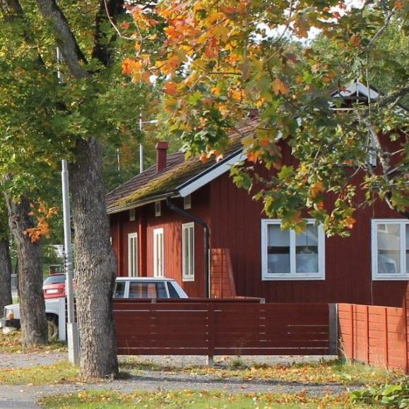 Rött hus med träd runt omkring